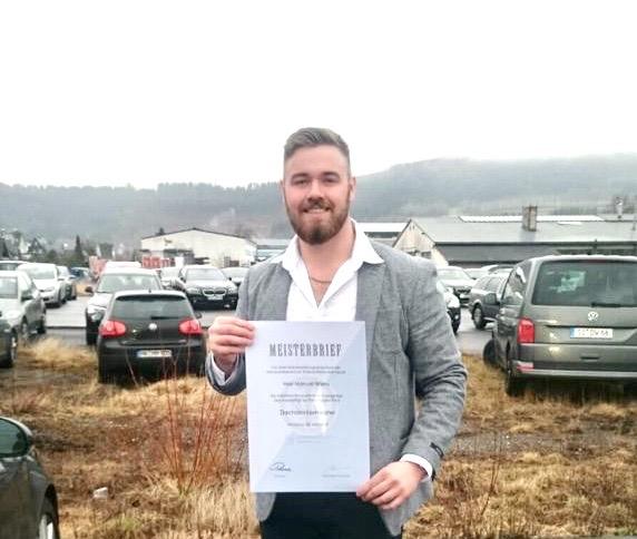 Manuel Wiens besteht seine Meisterprüfung zum Dachdeckermeister